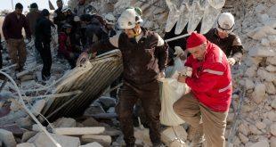 رفع الأنقاض وإخراج العالقين تحتها بعد استهداف الطيران الحربي مدينة إدلب