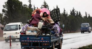 نازحون في العراء… شاحنات لإيواء سوريين في ريف إدلب