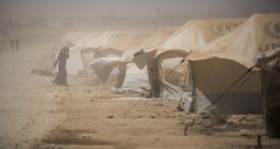تواصل الاعتصام في مخيم الركبان احتجاجاً على انعدم المواد الغذائية والطبية