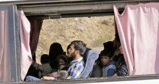 حافلة عند معبر الوافدين تقلّ مهجرين من مدينة دوما - أ.ف.ب