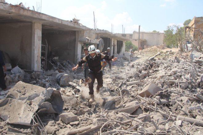 طيران النظام يدمر المنازل في خان شيخون - الدفاع المدني (1)