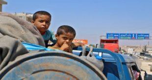 عشرات العائلات نزحت من إدلب أمس (عارف وتد/فرانس برس)عشرات العائلات نزحت من إدلب أمس (عارف وتد/فرانس برس)
