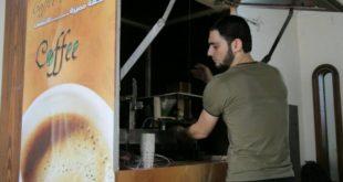 شاب مهجر يصنع آلة متطورة لتحضير المشروبات الساخنة