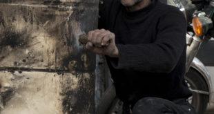 ترويض الحديد والنار في إدلب.. بخبرة السنين